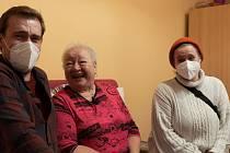 Fotografie z natáčení, kdy seniory navštívili herci Jáchym Kučera a Markéta Matulová.