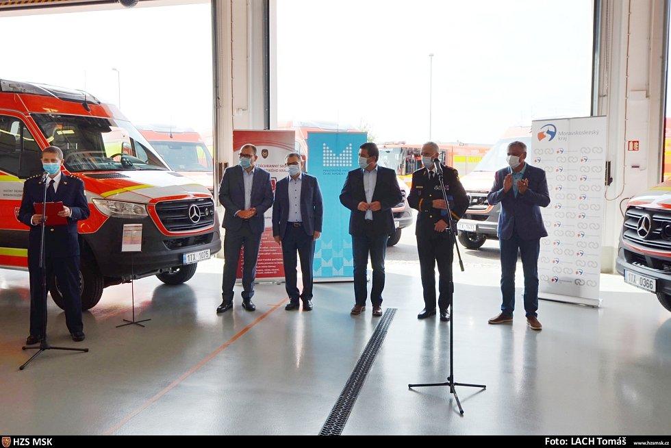 Hejtman přijal ocenění ministra Hamáčka. Pak předali hasičům nové vozy.