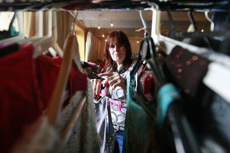Téměř třicet prodávajících dnes v Ostravě nabízelo oblečení i módní doplňky ze svých skříní za symbolické částky. V Kulturním centru Cooltour se totiž konal výprodej šatníku.