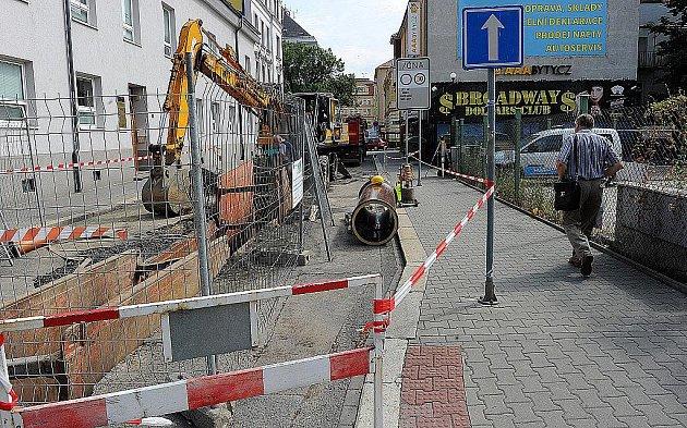 Výměna tramvajových kolejí přinesla omezení dopravy v centru Ostravy.