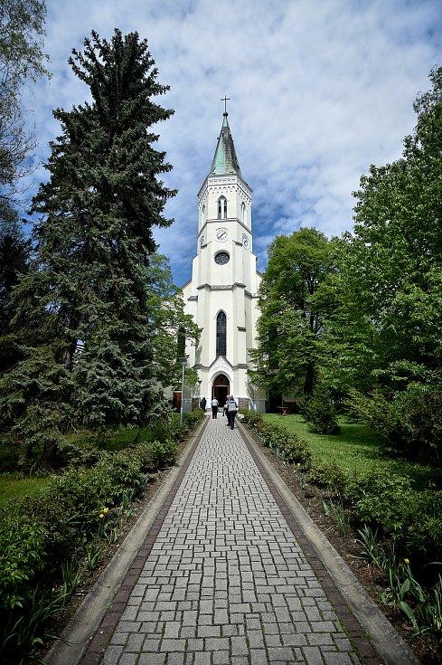 Slavnostní bohoslužbu v kostele sv. Bartoloměje celebroval Jeho Eminence Dominik kardinál Duka, 1. května 2019 ve Studénce.