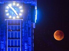"""Načervenalý """"superúplněk"""" nad ostravskou radnicí v pondělí 28. září 2015."""