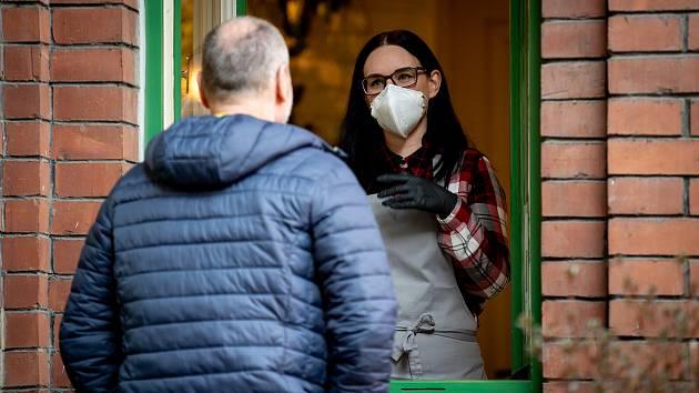 Ostrava v celostátní karanténě, 17. března 2020. Vláda ČR vyhlásila dne 15.3.2020 celostátní karanténu kvůli zamezení šíření novému koronavirové onemocnění (COVID-19). Hogo Fogo vydává jídlo přes okénko.