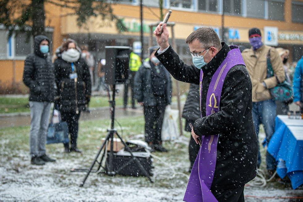 Před budovou Fakultní nemocnicí Ostrava byl odhalen památník obětem loňské tragické střelby, 10. prosince 2020. Umělecké dílo evokuje černou díru. Biskup Martin David.
