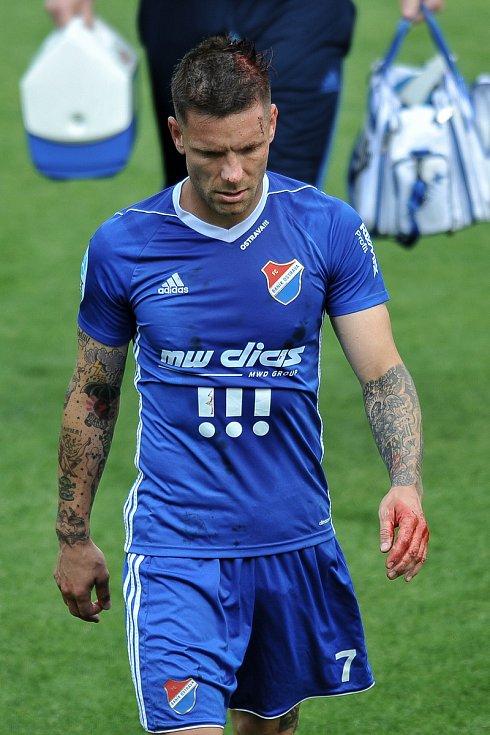 Utkání 29. kola první fotbalové ligy: MFK Karviná - Baník Ostrava, 19. května 2018 v Karviné. Zraněný hráč Fillo Martin.