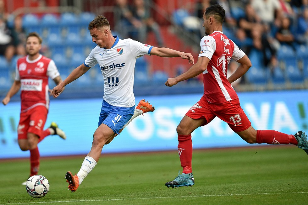 Utkání 4. kola první fotbalové ligy: FC Baník Ostrava - FK Pardubice, 19. září 2020 v Ostravě. (zleva) Ondřej Šašinka z Ostravy a Martin Šejvl z Pardubice.