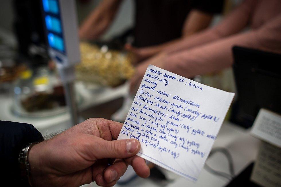 Nákupní seznam, který si do obchodu přinesl zákazník. Ostravský obchod Bez Obalu, leden 2019.