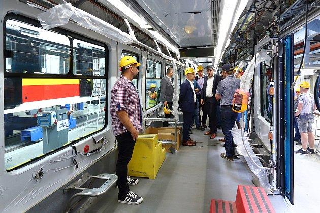 VPlzni finišuje výroba a montáž prvních tramvají nové řady Škoda ForCity Smart. Ty měly vOstravě začít jezdit už před rokem, kvůli covidu se však jejich výroba pozdržela.