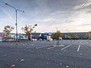 Takto zelo prázdnotou parkoviště na konci loňského roku, 28. října, u OC Avion v Ostravě.