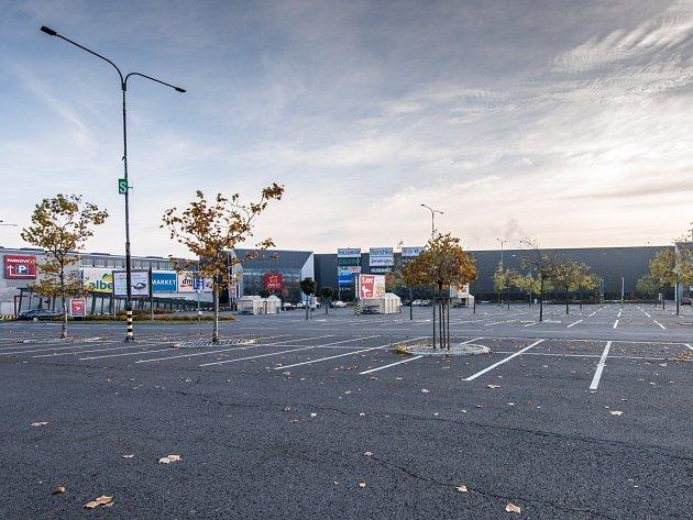Takto zelo prázdnotou parkoviště na konci loňského roku, 28.října, uOC Avion vOstravě.