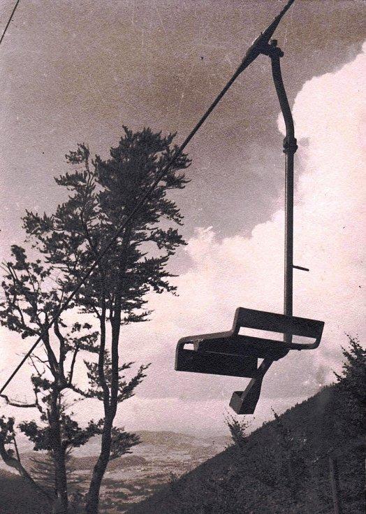 Jednomístná sedačka lanovky z Trojanovic na Pustevny v roce 1940.