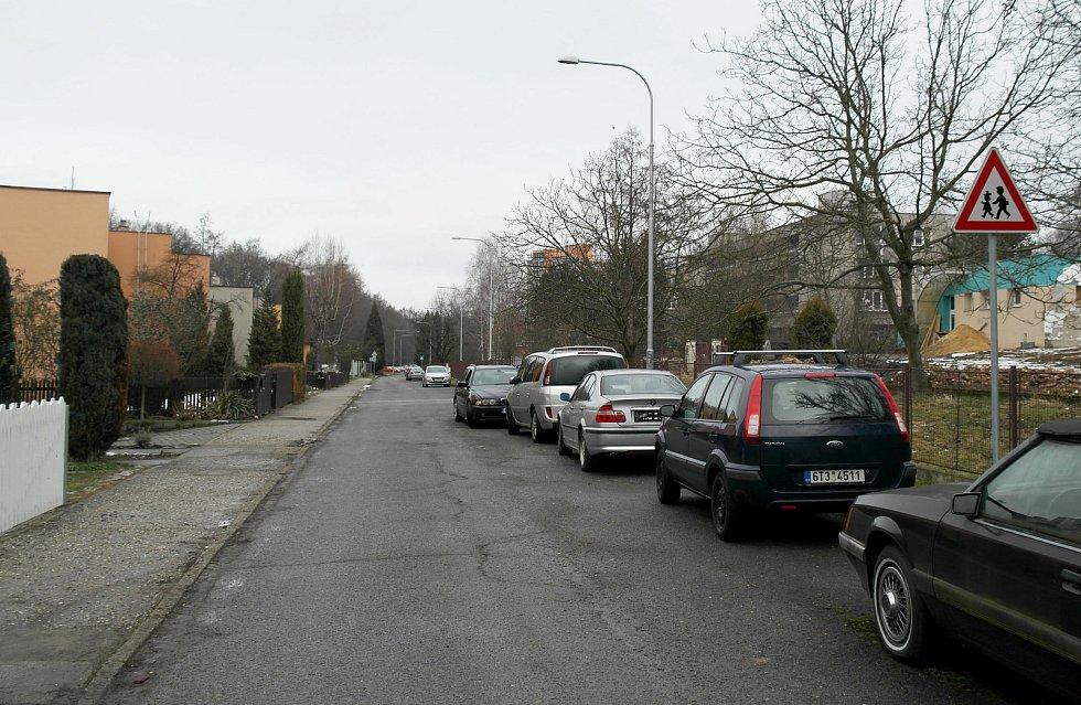 Budoucí rezidenční bydlení má vyrůst místo tohoto objektu, lidé v sousedství tvrdí, že pak přijdou o klid ve svém okolí a projeví se to i prý i na zhoršení dopravní situace.