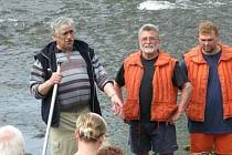 Jan Sládek (první zleva) na vodáckém srazu