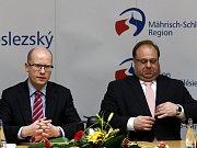 Příchod premiéra Sobotky na tiskovou konferenci.