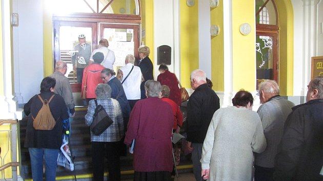 V pátek 20. října před otevřením volebních místností čekali na slavnostní okamžik první voliči. Většinou starší lidé.