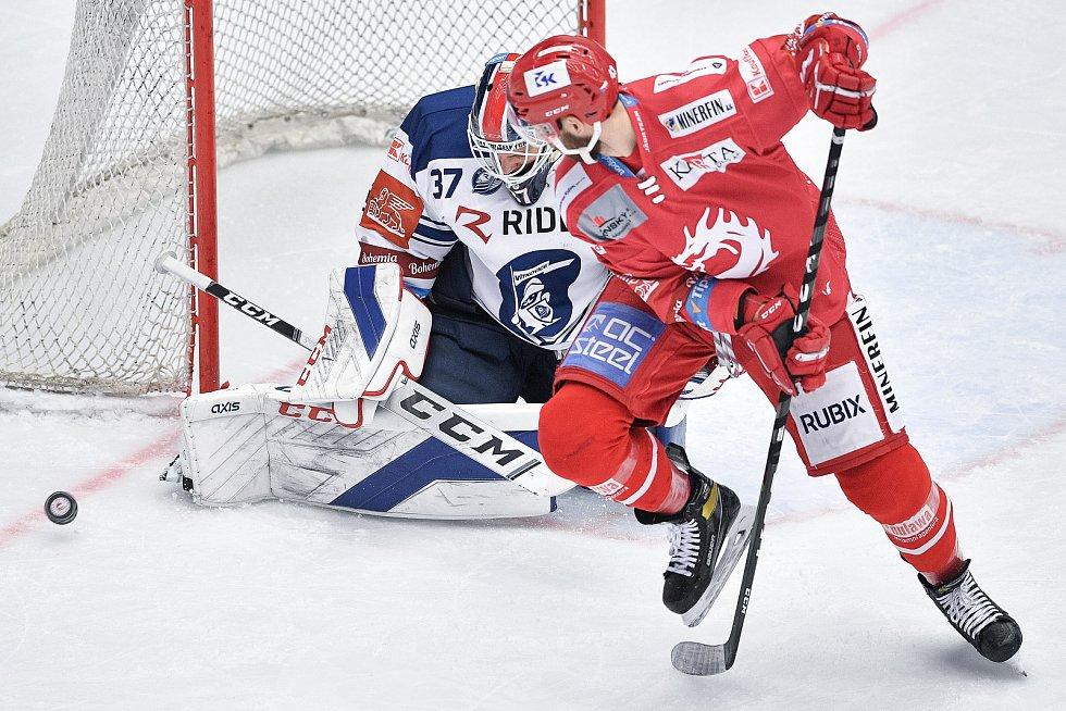 Utkání 42. kola hokejové extraligy: HC Oceláři Třinec - HC Vítkovice Ridera, 2. února 2021 v Třinci. (zleva) Brankář Daniel Dolejš z Vítkovic a Daniel Kurovský z Třince.