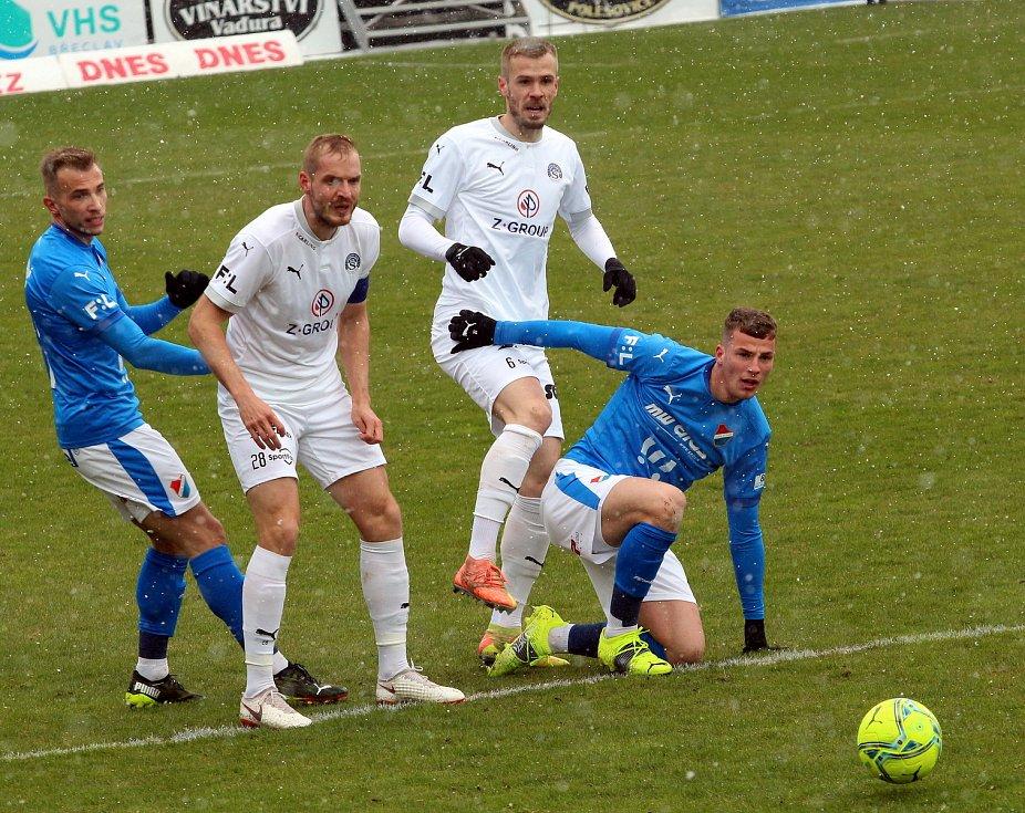 Fotbalisté Baníku Ostrava (v modrém) prohráli nedělní utkání 24. kola FORTUNA:LIGY na Slovácku 1:2.