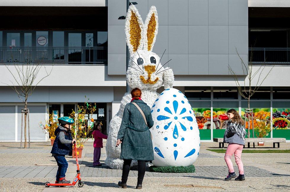 Velikonoční výzdoba na náměstí Ostrava-Jih v Hrabůvce. 2. dubna 2021.