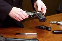 Policisté ukázali novinářům zbraně, které jako nelegálně držené zabavili