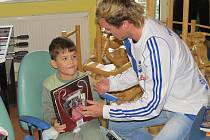 Frýdečtí fotbalisté potěšili malé děti v nemocnici