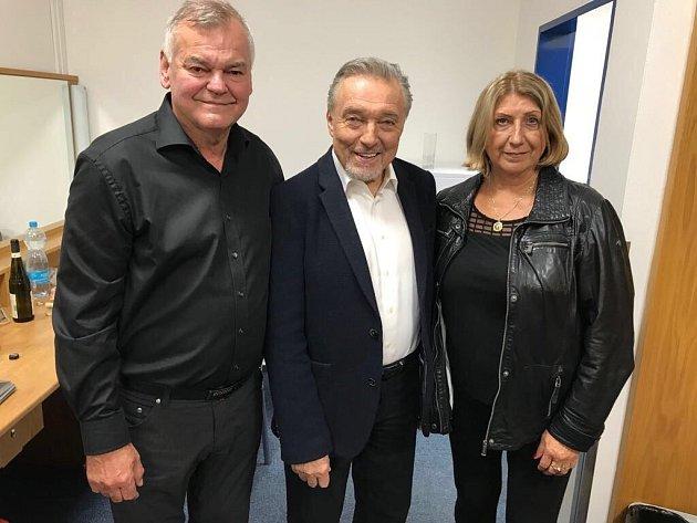 Karel Gott se před ostravským Galavečerem hvězd sešel se známým hokejovým trenérem Vladimírem Vůjtek a jeho manželkou. Všichni tři na snímku.