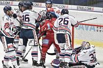 Utkání 34. kola hokejové extraligy: HC Vítkovice Ridera - HC Oceláři Třinec, 12. ledna 2019 v Ostravě. Na snímku (střed) Daniel Krenželok a Jiří Polanský.
