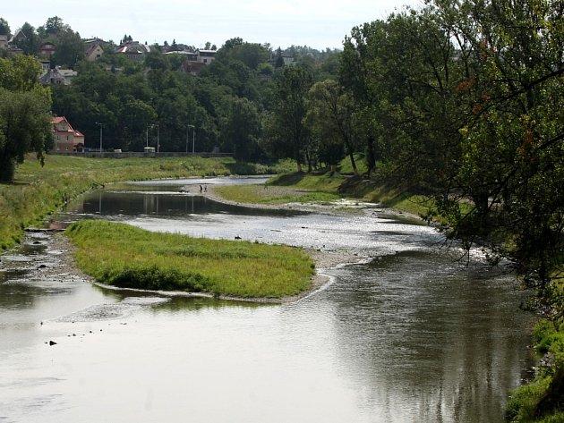 Jen málo vody protéká v poslední době v řekách v našem kraji. Dokládá to i snímek řeky Ostravice v Ostravě.