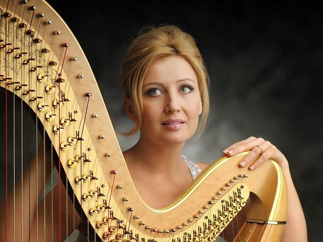 JANA BOUŠKOVÁ, skvělá harfenistka, bude patřit k tahákům letošního Svatováclavského hudebního festivalu.