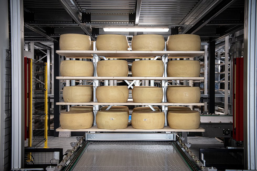 Robotizovaný sklad sklad sýrů společnosti Gran Moravia, 12. srpna 2021 v Cogollo del Cengio v provincii Vicenza, Benátsko, Itálie. Bochníky putují po přepravním pásu do skladu.