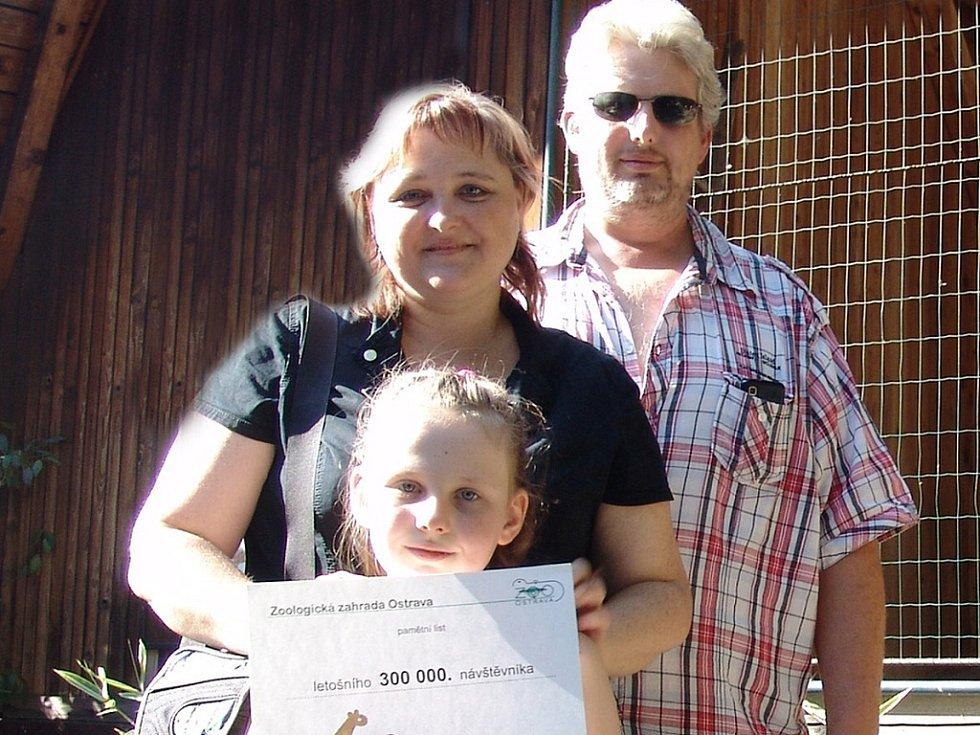 Jubilejní návštěvnice Petra Puchalová z Opavy prošla branou ostravské zoologické zahrady o víkendu.
