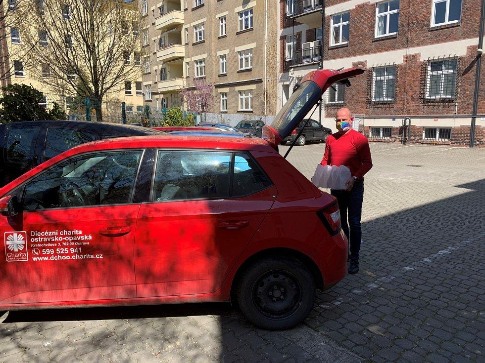 Lukáš Curylo při přebírání vypůjčených aut pro rozšíření služeb Charit v Moravskoslezském kraji a při rozvozu ochranných pomůcek a dezinfekce.