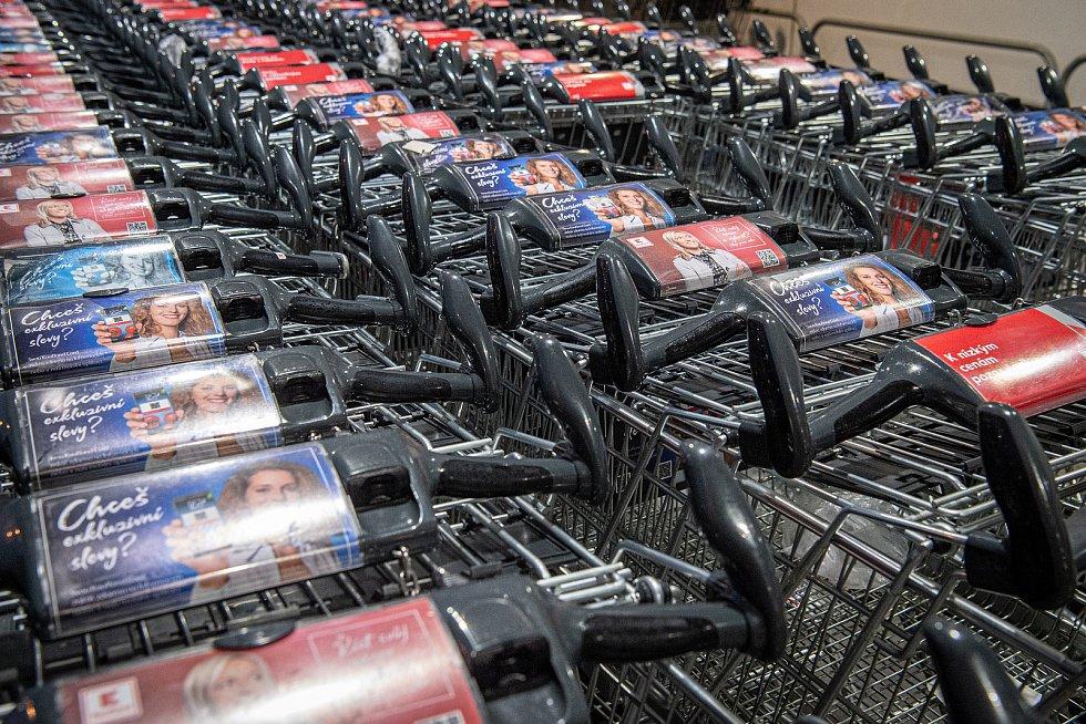 Zákazníci supermarketů si museli kvůli vládním nařízením zvyknout na řadu novinek u nákupních vozíků.