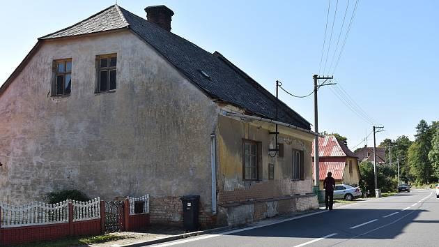 Z tohoto domu vyběhli mstitelé, kteří napadli Martina Teplíka. Nyní zde žijí další nájemníci.