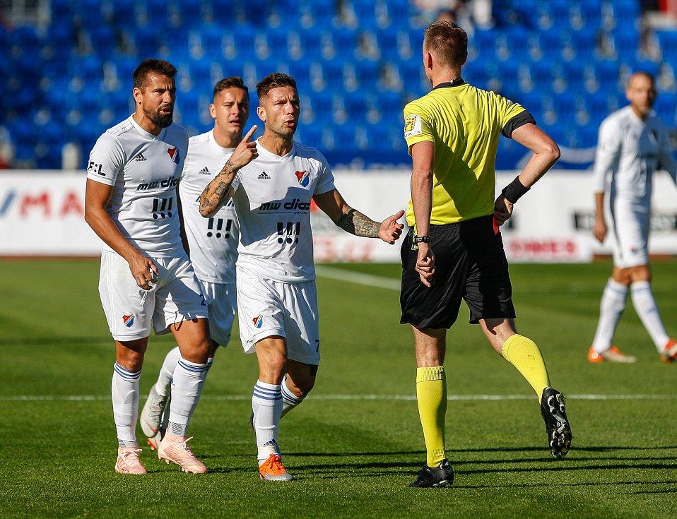 rozhodčí udělil po shlédnutí videa Milanu Barošovi červenou kartuzleva Milan Baroš, Daniel Holzer, Martin Fillo