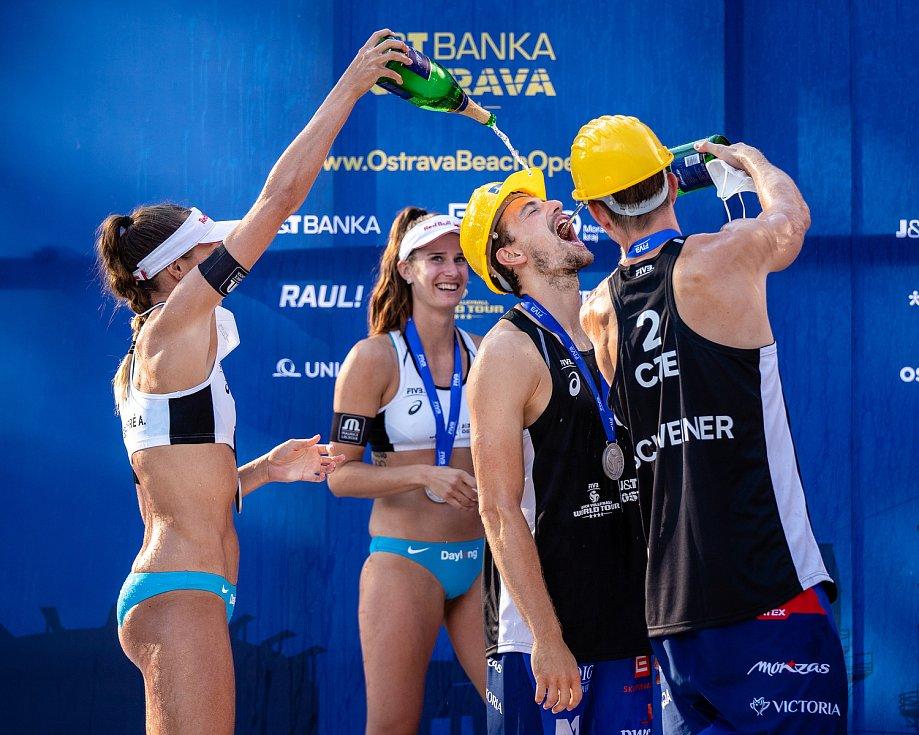 J&T Banka Ostrava Beach Open - slavnostní ceremoniál, 6. června 2021 v Ostravě. Vpravo Ondřej Perušič (CZE) a David Schweiner (CZE).