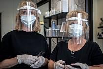Kadeřnice (zleva) Andrea Kotalová a Karin Krejčířová se připravují na znovuotevření svého Kadeřnictví KA, 8. května 2020 v Ostravě. Povinné ochranné pomůcky které musí používat aby se zamezilo šíření koronaviru (COVID-19).