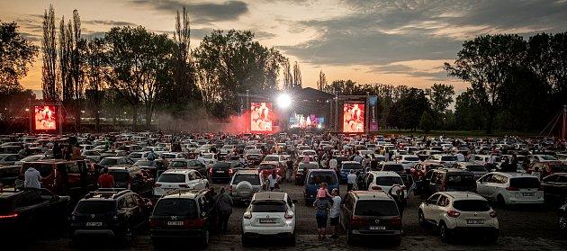 Kapela Mirai uspořádala autokoncert, který se uskutečnil vDolní Oblasti Vítkovic, 4.června 2021vOstravě.