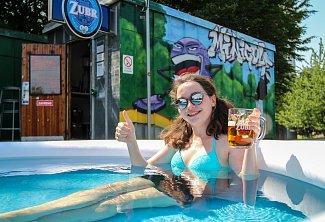 Popíjení piva v bazénku v hospůdce s minigolfem v Porubě.