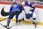 Mistrovství světa hokejistů do 20 let, skupina A: Slovensko - Kazachstán, 27. prosince 2019 v Třinci. Na snímku (zleva) Tamirlan Gaitamirov a Oliver Okuliar.