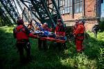 Archivní snímek Deníku zachycující členy HZS MSK v akci. Zasahují nejen u požárů, ale také u dopravních nehod (například při vyprošťování), odstraňují škody po větrné smršti, účastní se taktických cvičení i soutěží.