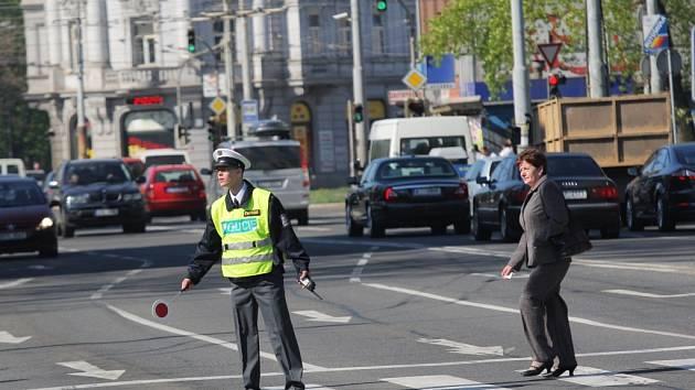 V Ostravě řídili dopravu místo semaforů policisté. Mnozí řidiči museli zapátrat v paměti, co jejich povely znamenají.