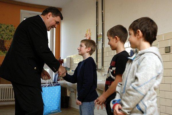 Poctiví školáci (zleva Matyáš Haladěj, Jan Harabiš a Pavel Chovanec) vúterý zrukou zástupců městské policie převzali ocenění a drobné dárky.