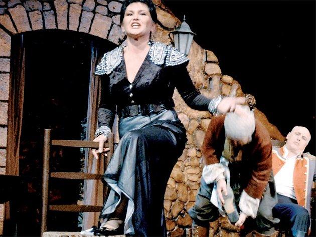 SEZONA ZAČÍNÁ. Agnieszka Zwierko (Carmen) Miroslav Rataj (Lillas Pastias) a Jan Drahovzal (Zuniga) v La Tragédii De Carmen.