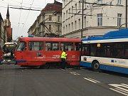 Kolize tramvaje a trolejbusu v Ostravě.