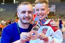 Medaile z MS. Ostravský karatista Dominik Trubianský vybojoval na domácím mistrovství světa v kategorii do 12 let bronz. Na snímku s trenérem Jakubem Škodou.