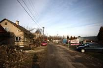 Poklidná ulice na hranici Nové Bělé a Paskova se pro místní obyvatele proměnila v nebezpečnou zónu. Denně tudy po úzké silnici projede kolem třiceti nákladních vozů, které jezdí na zdejší staveniště.