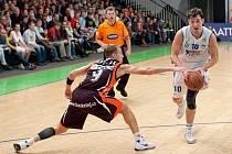 Z basketbalového zápasu NH Ostrava - Nový Jičín, Marek Stuchlý  obchází Juraje Gavláka
