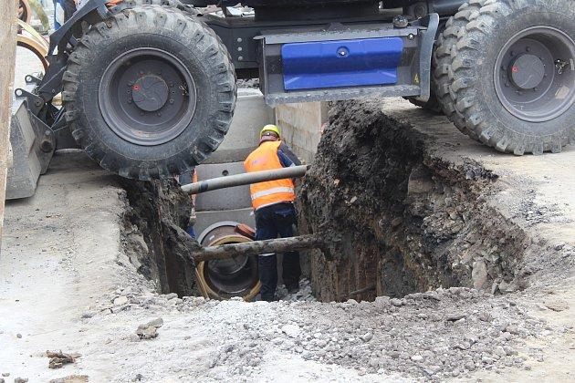 Práce na rekonstrukci inženýrských sítí vjižní části Svinova.