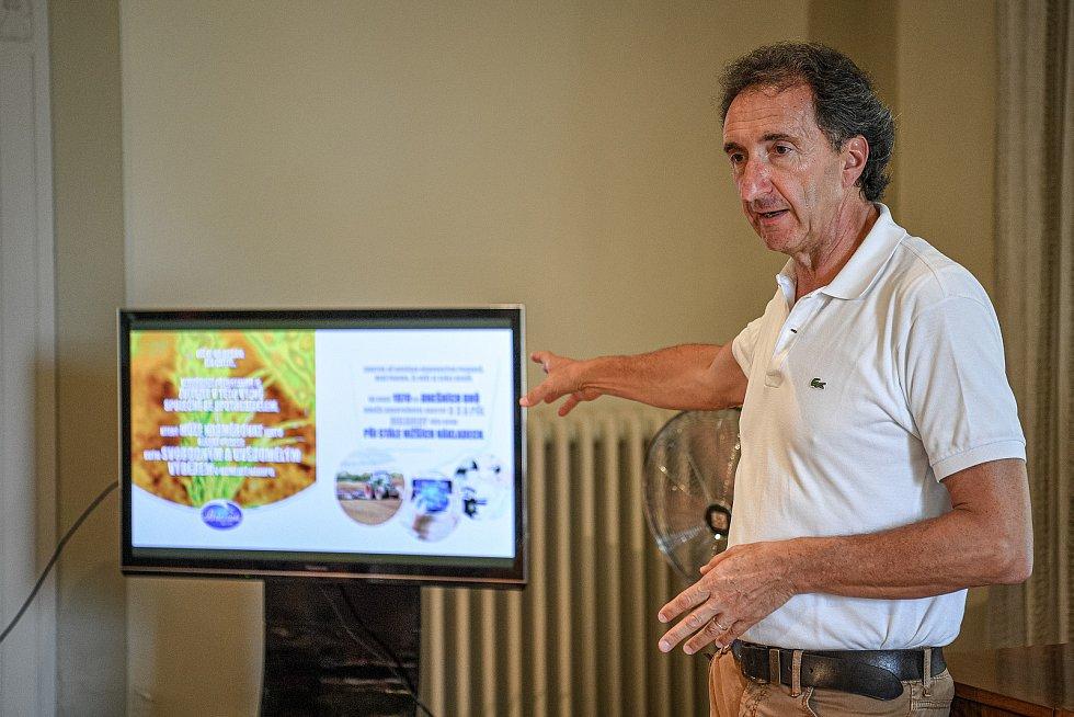 Tradiční sklad sýrů společnosti Gran Moravia, 11. srpna 2021 v Bevadoro, Itálie. Majitel společnosti Roberto Brazzale při prezentaci novinářům.