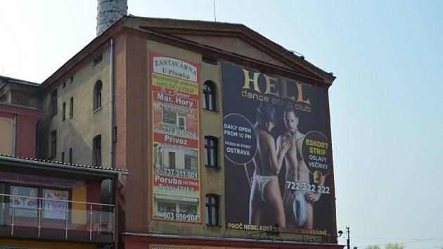 Billboardu v Ostravě dal současnou podobu Nikola Vavrous alias Khoma tím, že slečně na snímku přimaloval kalhotky.